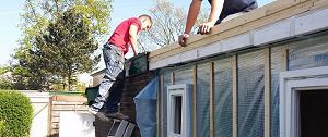 twee vakmannen bezig met verbouwing woning